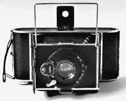 DUPLETA. Celokovový vzpěrový přístroj na svitkový film pro 8 snímků 6x9cm, nebo 16 snímků 4,5x6cm. Kamera je konstruována podle anglického vynálezu Lowdonova z roku 1885, čelní destička se vysouvá spolu s objektivem a měchem a zajišťuje se v drážkách dělené podlážky. Popisovaná kamera má objektiv Doxanar 4,5x10,5cm v závěrce Vario s frontálním zaostřováním a rámečkovým hledáčkem. Rozměry: 170x85x40mm, výroba od roku 1933.