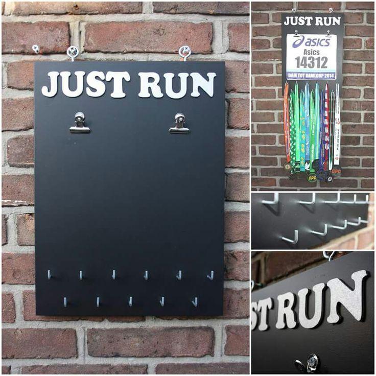 Handgemaakte medaillebord 'just run' met 11 haakjes en 2 klemmetjes voor je startnummers
