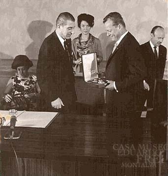 La relación entre Frei Montalva y Willy Brandt no era nueva. En la foto se ve cuando Frei Montalva es condecorado por el alcalde de Berlín Occidental, Willy Brandt, en el Palacio Schoneberg. 1965.