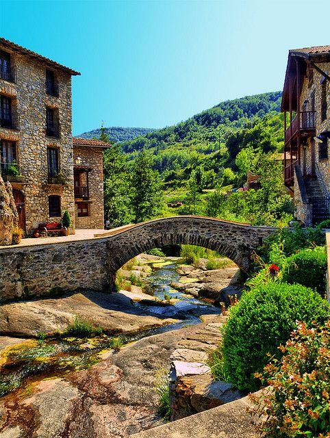 Beget, un poblet pintoresc i encantador que tot ell és un monument arquitectònic. Un petit racó del Ripollès a tocar del cel. L'accés es fa des de Camprodon, en direcció a Molló, per l'actual C-38, trencant per la desviació a la dreta, en direcció a Rocabruna i Beget (Catalunya - Catalonia)