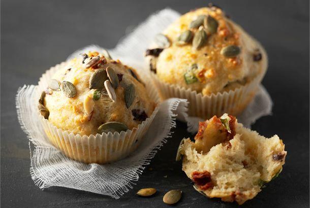 Juustoiset muffinit ✦ Juustoiset muffinit ovat parhaimmillaan vastaleivottuina. http://www.valio.fi/reseptit/juustoiset-muffinit/