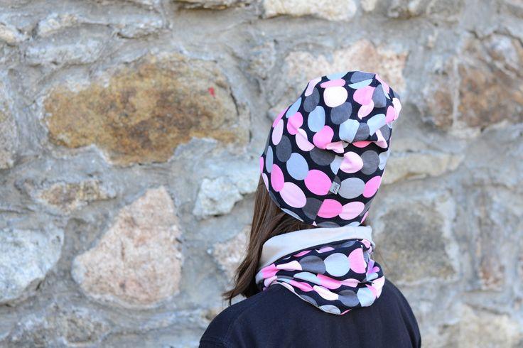 Oboustranná čepice růžová a šedá kolečka Oboustranná čepice lehce prodlouženého střihu ušitá zúpletů certifikovaných pro děti do tří let. Na jedné straně jsou šedá a růžová kolečka na černém podkladu, na druhé šedý úplet. Čepici lze nosit ohrnutou nebo bez ohrnutí. Díky pružnému materiálu se dobře přizpůsobí tvaru hlavy. Složení: 95% bavlna, 5% ...