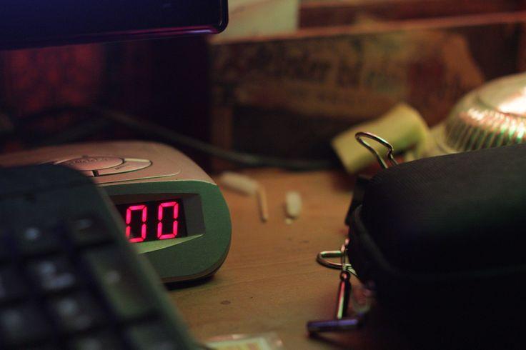 Hajnali egy óra két nullája kandikál ki a billentyűzet mögül.
