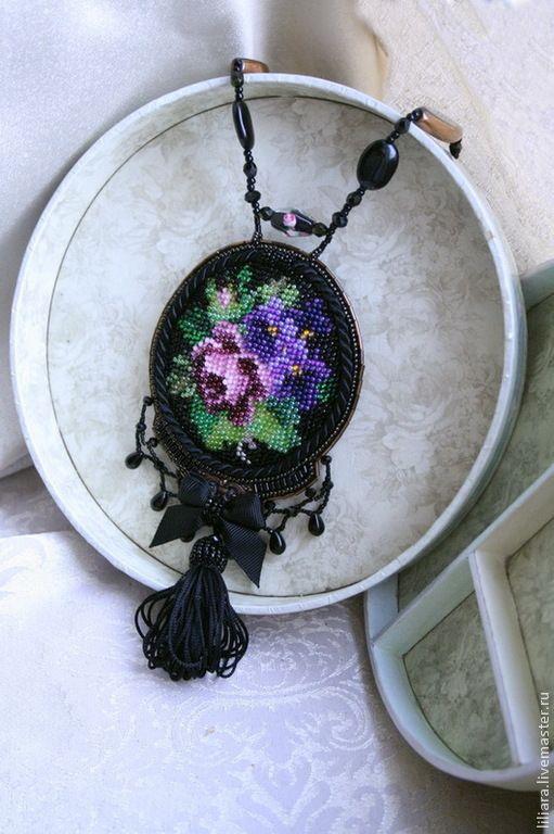 Купить Милый букетик , кулон. - черный, роза вышивка, вышитый кулон, кулон с розой и фиалками