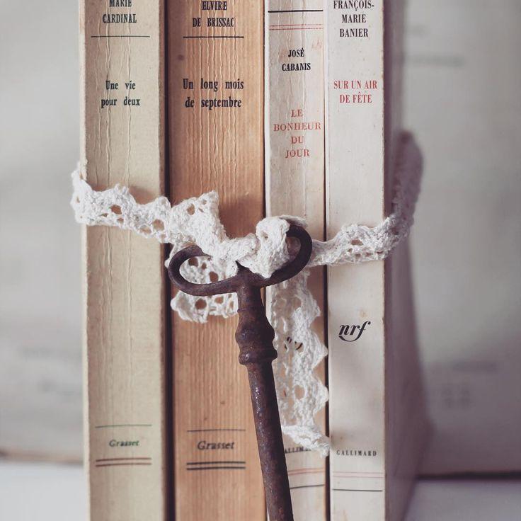 La bibliothèque des amoureux : rituel de cérémonie laïque. Des livres offerts par vos invités, une petite dédicace à votre attention. Un rituel collectif durant la cérémonie d'engagement. Découvrez le concept, comment le mettre en place. www.plume-evenements-petillants.fr