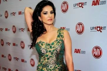 Fotoğraf: LAS VEGAS, NV - JANUARY 21:  Adult film actress and show host Sunny Leone arrives at the 29th annual Adult Video News Awards Show at the Hard Rock Hotel & Casino January 21, 2012 in Las Vegas, Nevada.  (Photo by Ethan Miller/Getty Images)
