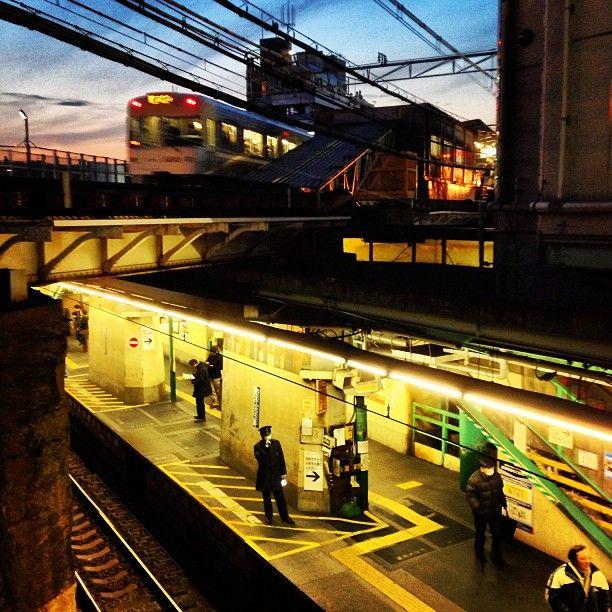 "huntinggirled: "" 夕焼けをバックに下北沢駅の立体交差 ちょうど井の頭線がホームに入ってきた #tokyo #shimokitazawa #train #station #architecture #sunset (下北沢駅 (Shimokitazawa Sta.)) """