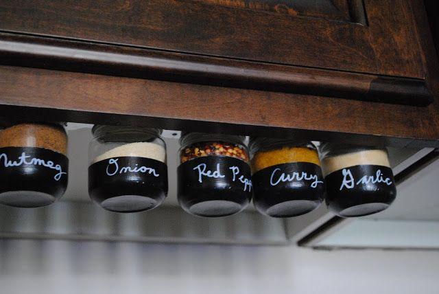 Materiales: Frascos de vidrio pequeños Imanes potentes (has una prueba antes) Lámina aplanada metálica delgada agujerada para atornillar Pintura para pizarra – o cualquier pintura Plumón de pintura Cinta de pintor (para enmascarillar) Manera de hacerlo: 1. Limpiar y lavar los frascos muy bien. Sécalos. 2. Encinta el frasco aproximadamente hasta la mitad alrededor de …
