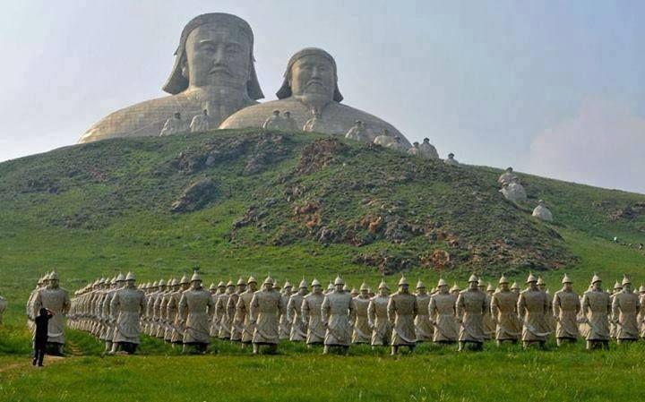 Moğolistan dağlarına inşa edilen bu heykeller sırasıyla; Cengiz Han, Hülagü Han, Ögeday, Batu Han, Kubilay, Timur Olcayto Han'ı temsil etmektedir.