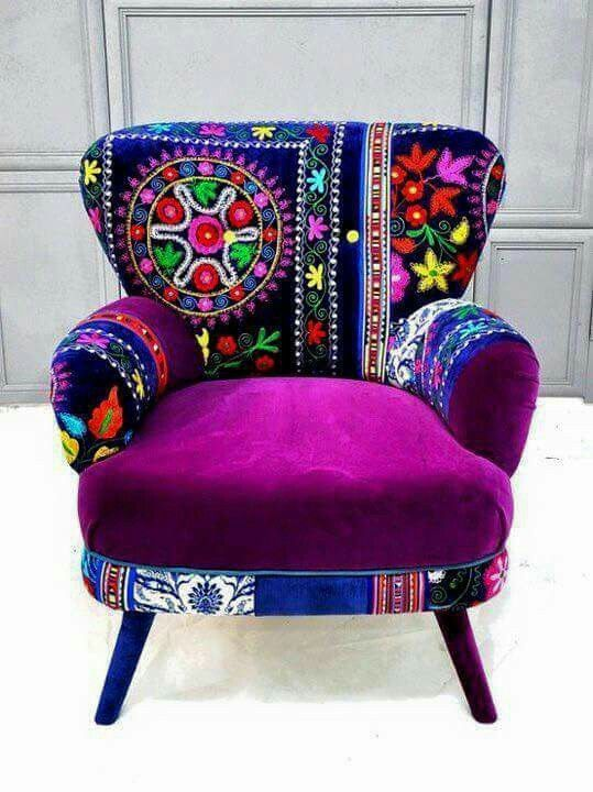 Hermoso sillón bordado por artesanos huicholes.