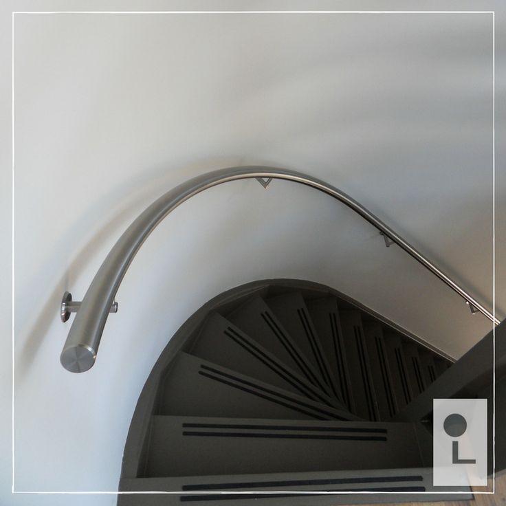 Spil trapleuning van RVS, stijlvol gecombineerd met een antraciet geschilderde trap en witte muren #renovatie #trap #lumigrip #design