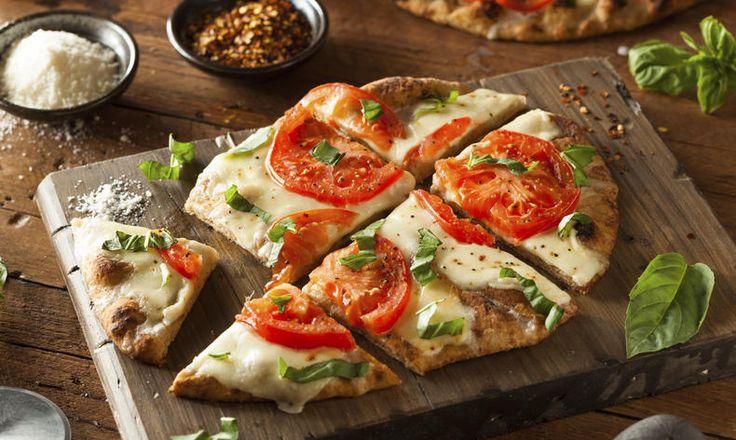 Bezlepková pizza s mozzarellou a čerstvými rajčaty