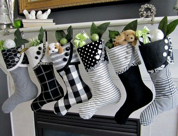 Die schwarz-weißen Nikolausstiefel sind mit Knöpfen und Mustern dekoriert