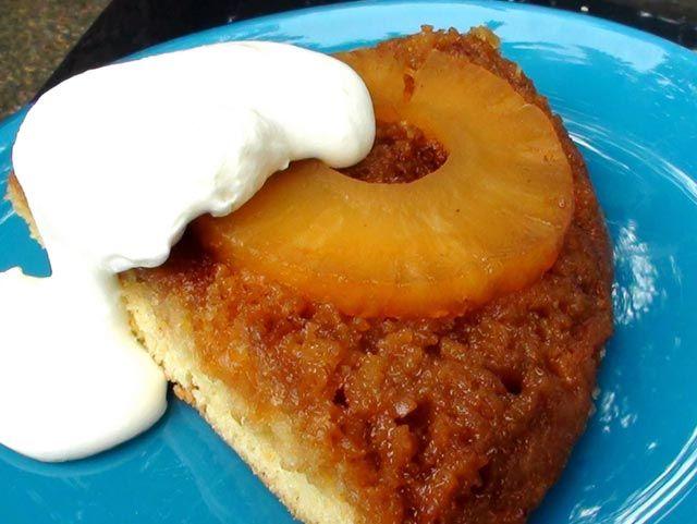 Starinski recept i zaista odličan kolač. U tavi koju možete staviti u rernu otopite puter. Pospite smeđim šećerom i poredajte kriške ananasa...