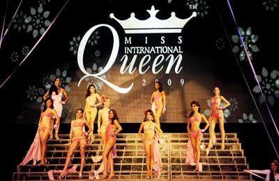 Contestants-stand-stage-International-Queen-2009.jpg 400×259 pixels