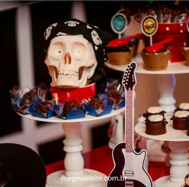 Uma caveira para decorar a mesa do bolo