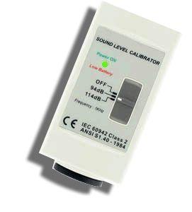 http://www.termometer.se/Handinstrument/Ljudmatning/Ljudkalibrator-626-for-faltkalibrering.html  Ljudkalibrator 326 för fältkalibrering  Ljudalibrator 326 möjliggör en enkel och noggrann fältkalibrering. Den avger en stabil akustisk signal med kontrollerad frekvens och amplitud, för att kunna verifiera värdet på din mätaren ute på fältet. Ljudkalbrator 326 avger 94 eller 114 dB och lämpar sig väl för typ 2 ljudnivåmätare...