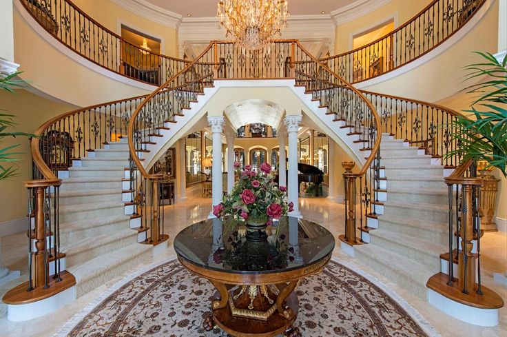 Foyer Grand Lancy : Beautiful twin sweeping staircases make for a grand