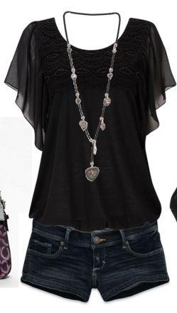 Blusa preta de tecido leve, short ou calça jeans escura com um colar bacana.