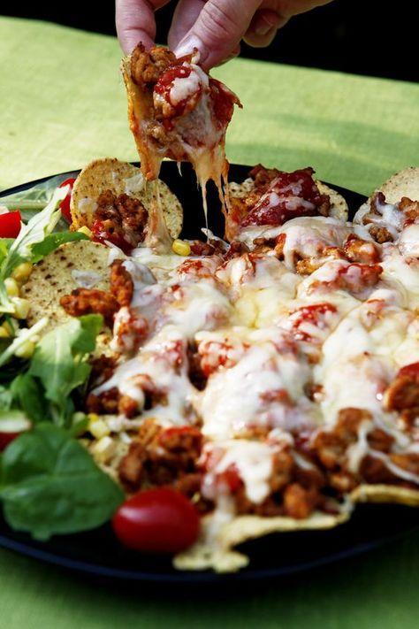 Fredagsmys gjort på ett superenkelt sätt! Servera nachos som du gjort i ugnen! Detta recept serveras med kycklingfärs och smarriga tex-mex kryddor.