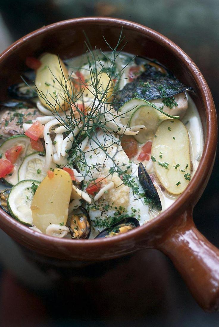 Le chef Christophe Frigière nous propose une recette healthy de lotte et turbot mijotés avec des pommes de terre, des courgettes et du vin blanc.