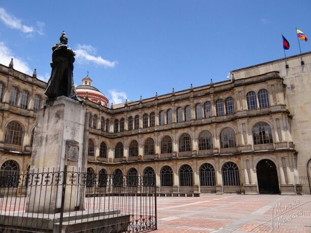 Colegio Mayor de San Bartolomé, fachada realizada por el Arq. Alfredo Rodríguez Orgáz en 1948, sobre la plazoleta Camilo Torres en Bogotá, D.C., Colombia. Comentado por Gustavo Montenegro