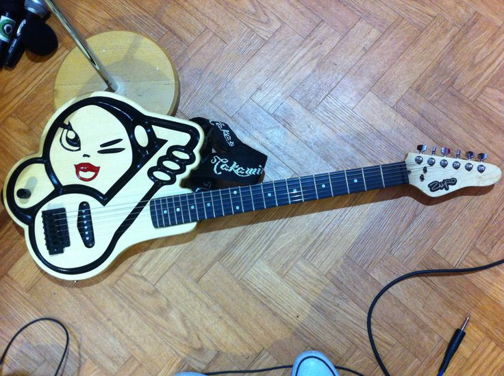 Our new guitar. Isn't it awesome. Zupo Custom Guitar #guitar #olga #gangband #musica #ironia