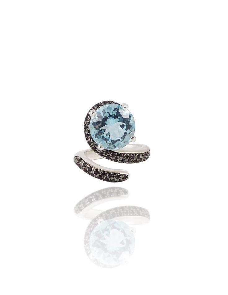 Pongo mucha energía en los encargos a medida ... Siempre hay una historia detrás de cada diseño. Anillo con topacio azul y diamantes negros.