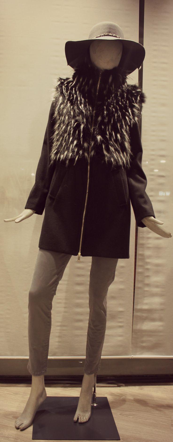 Cappotto con inserti di pelliccia.  #White #moda #modadonna #winter2015 #abbigliamento #fashion #womanswear #arzignano #look #outfit #fashion