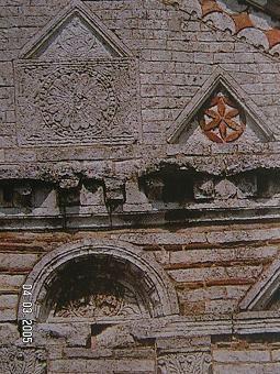 89) BAPTISTERE ST-JEAN à POITIERS:.. ont été trouvés à Poitiers; CINNAMUS, potier de Lezoux, de Trajan à Antonin; JUSTUS, de Lezoux, rencontré lui aussi à Poitiers, dont l'officine florissait d'Hadrien à Antonin. Brisées pour l'établissement de la piscine disparaissent au S des substructions diverses (FIG. 15): une aire circulaire de moellons maçonnés, une muraille N-S, détruite de ce dernier côté par des sépultures, au N par un grand dallage de calcaire fin soigneusement appareillé, ....