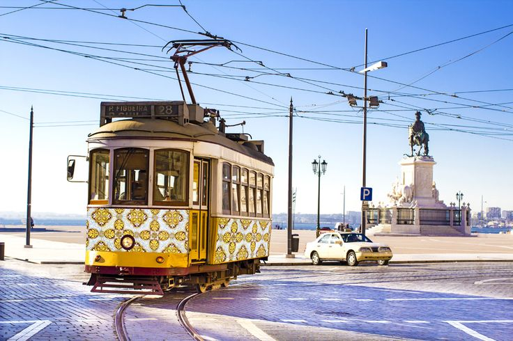 Vacances de Pâques 2015:Lisbonne, pour un citytrip en amoureux | Via Guide Evasion | 1/04/2015 Les vacances de Pâques peuvent également être l'occasion de faire un petit break en amoureux, loin du stress quotidien. Et pour cela, la charmante Lisbonne est la candidate idéale ! Photo: tramway lisbonne