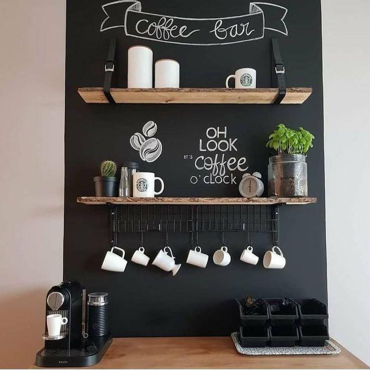 Cantinho do café com parede de lousa e prateleira…