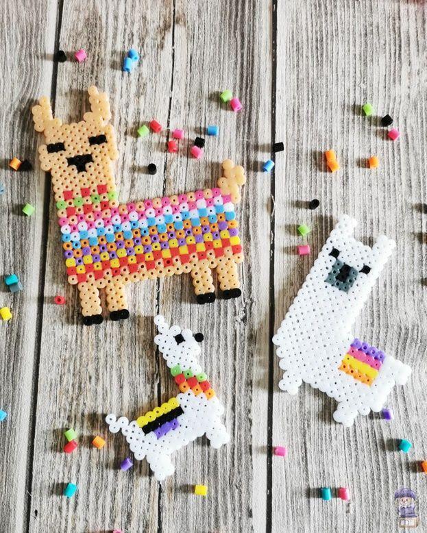 Lamas aus Bügelperlen #beads Lamas und Alpakas liegen voll im Trend! Passend dazu habe ich hier 3 tolle Vorlagen, mit denen ihr süße Lamas aus Bügelperlen basteln könnt #diy #lama #alpaka #basteln #kinder #bügelperlen #beads #ironbeads