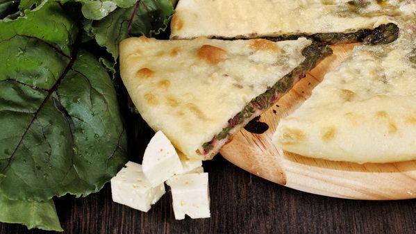 Осетинский пирог со свекольными листьями и сыром – этот пирог придется по вкусу любителям легкой пищи. Тонкая хрустящая корочка, под которой кроется удивительный вкус начинки. Пирог ароматный и сытный.  Состав: свекольные листья, сыр, специи.  Вес: 1000 г  #осетинскиепироги #пирогсосвекольнымилистьямиисыром #осетинскийпирогсосвекольнымилистьямиисыром #пирогор