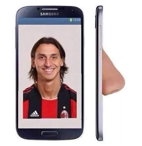 Szwedowi nawet w telefonie komórkowym wystaje wielki nos • Zlatan Ibrahimovic tak wygląda w komórce • Zobacz śmieszny obrazek >>