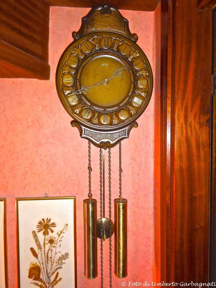 """.... orologio a pendolo """"ZentRa"""" con meccanica FHS-Germany (D),  Quadrante in legno lavorato - anno 1972 - © Umberto Garbagnati -"""
