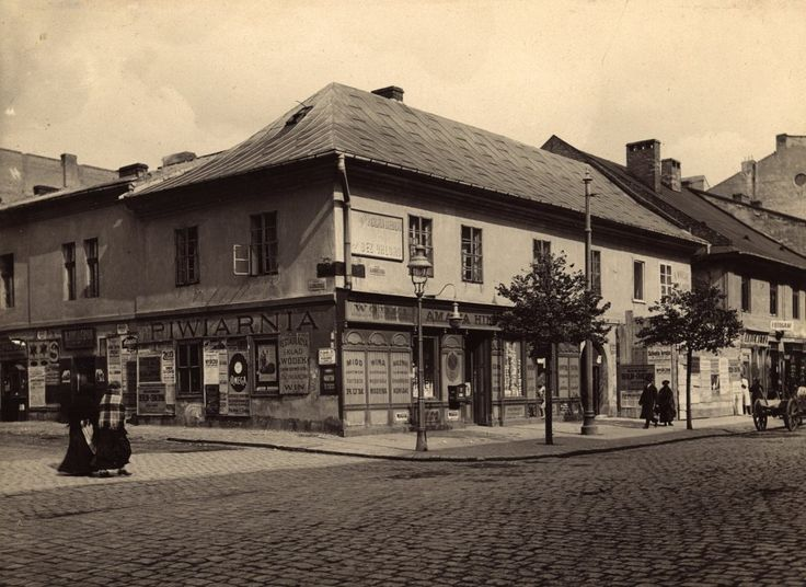 Jews at the corner of Carmelitan & Garbarska, 1914 . This building, was immortalized by K.I.Gałczyński in the Echanted Carriage. National Archives in Krakow