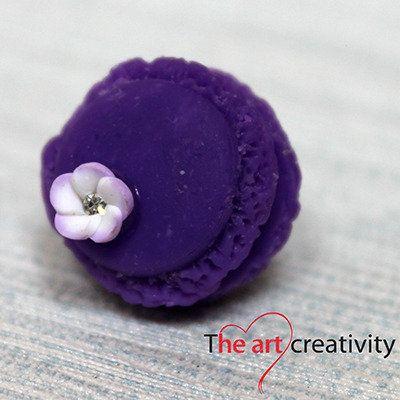 Orecchino con maccaron viola e fiore lilla e bianco. #orecchino #orecchinialobo #pastapolimerica #fiore #viola #lilla #bianco #handmade #lotrovisuMissHobby