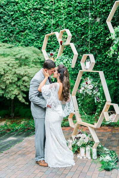 A suspended geometric background gives your wedding a modern touch.