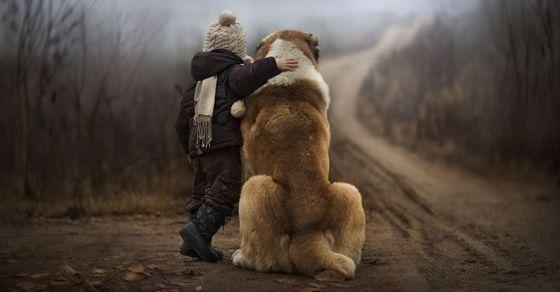 Rysk mamma tar magiska foton på sina två barn tillsammans med djur på farmen