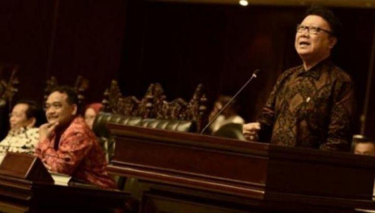 "Mendagri Sangat Berpotensi Membuat Pemerintahan Jokowi Jatuh  KONFRONTASI - Wakil Ketua Komisi II Fandi Utomo tak mau mengajari Menteri Dalam Negeri Tjahjo Kumolo menyikapi status Gubernur DKI Jakarta Basuki T Purnama (Ahok) yang tak kunjung diberhentikan sementara meski telah berstatus terdakwa.  ""Masa komisi dia disuruh ngajarin mendagri ya tidak perlu. Kalau dia tidak melaksanakan itu (UU Pemda) dianggap tidak kredibel sama kepala daerah lain"" kata Fandi di Jakarta Minggu (12/2).  Sebab…"
