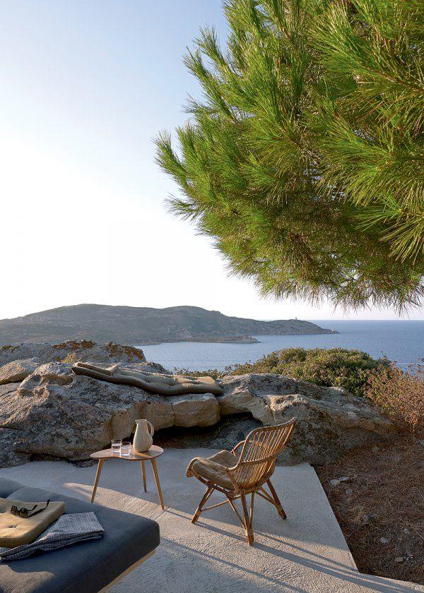 Une terrasse bordée par la mer et les rochers, terrace with a view on the sea : Une maison cachée dans la nature - Marie Claire Maison