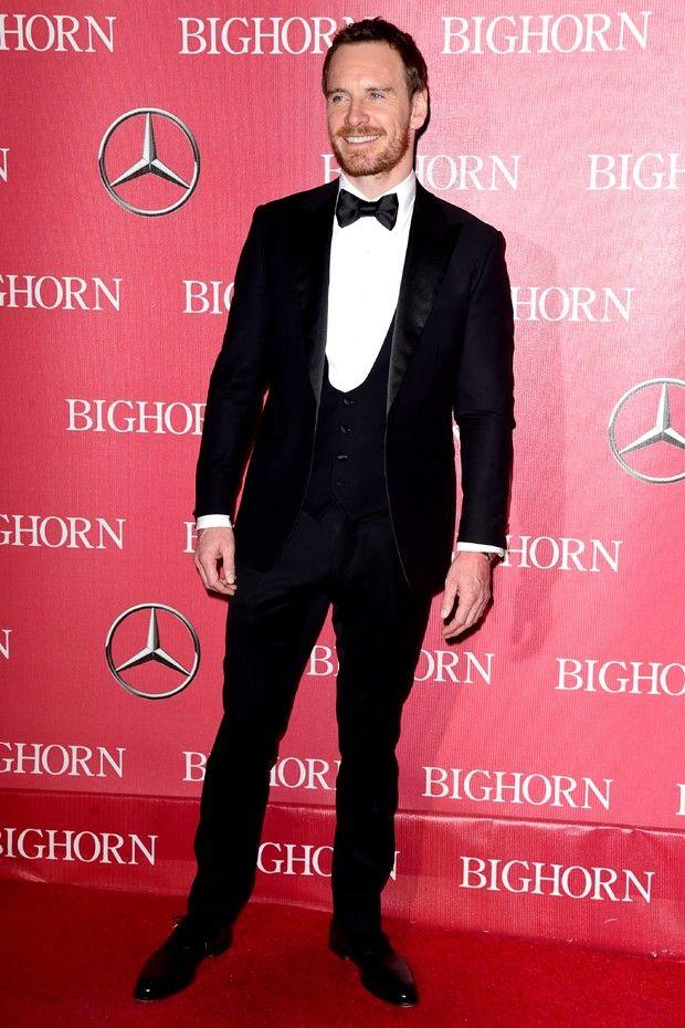 Michael Fassbender: black tie impecável com smoking de veludo e colete (Foto: Getty Images)