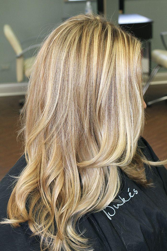 Plavi pramenovi na svetloj kosi srednje dužine