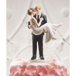 Deze taarttopper is echt super romantisch! De bruidegom houdt zijn bruidje in zijn armen omhoog. Ze kijken elkaar diep in de ogen aan. De bruidegom draagt een zwart pak met een zwarte stropdas. En als leuk detail hebben beide hun trouwring al om! De bruid draagt een mooie witte japon. Haar haar is opgestoken met een witte bloem in het haar. Deze taarttopper zal prachtig staan op jullie bruidstaart. Iedere taarttopper wordt met de hand beschilderd. het materiaal is heel verfijnd ...