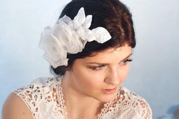 Diese seide Haarblüte ist ein perfekt Kopfschmuck zu Ihre Hochzeit Frisur.  Die Blumen sind aus reiner indische Seide Organza mit traditionellen pu...