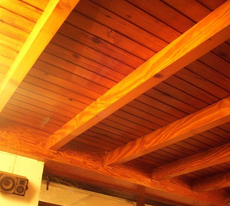 Detalle del techo de machimbrado y vigas de madera.  Detail of the roof made of Wooden beams