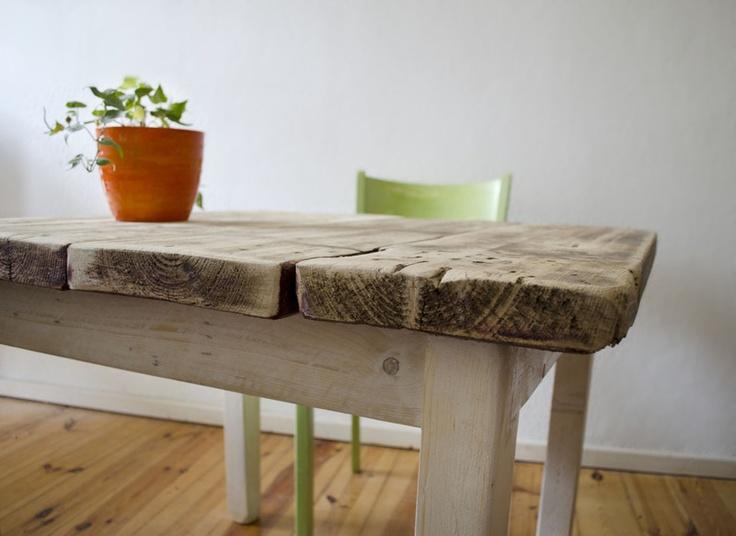 In feinster und liebevoller Handarbeit gefertigter rustikaler Beistelltisch. Passt ausgezeichnet zum Landhaus-Shabby-Ambiente und sorgt für das ge...