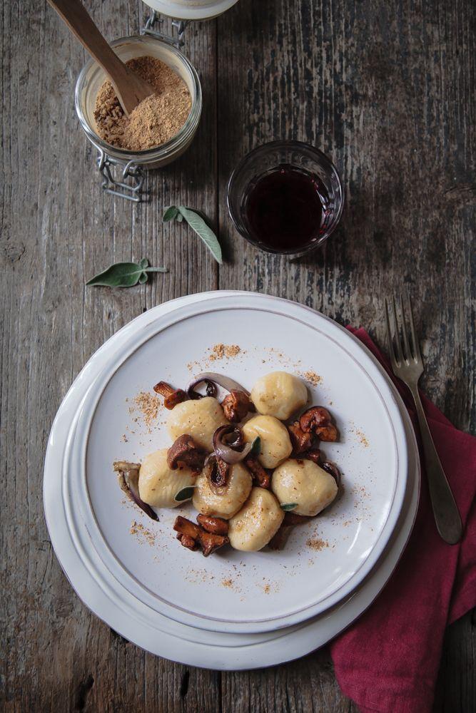 Gnocchi di patate ripieni di fontina con finferli e radicchio