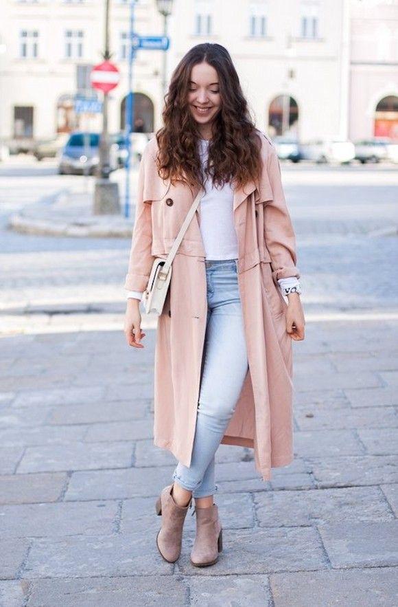 Idée look  trench rose poudré + jean bleu clair + t,shirt blanc +